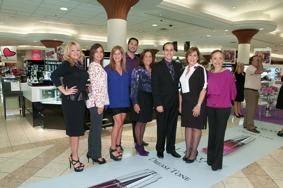 Desde la izquierda: Kattie Martínez, JCPenney Advertising Leader; Sujeil Rivera, JCPenney Cosmetics Service Leader; Melissa Pou, JCPenney Cosmetics & Fragrance Buyer; Richard Arenas, JCPenney Leader Operations Expert; Carmen Blanco, JCPenney District Leader Florida & Puerto Rico; Luis Rivera, Gerente General de Ventas Glamour; Conchi Pérez, VP Ventas Glamour; y Margie Benítez, JCPenney Human Resources Leader